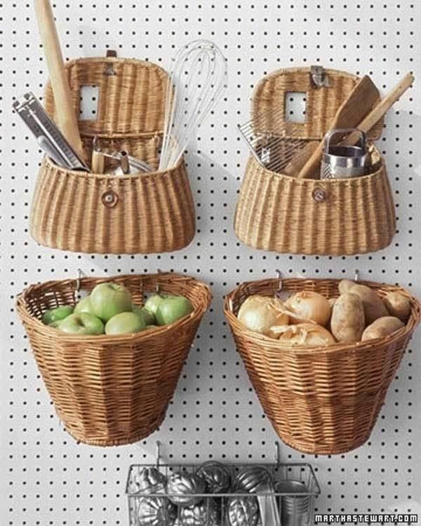 2. Una lámina de cartón es perfecta para colgar canastas y cestas.