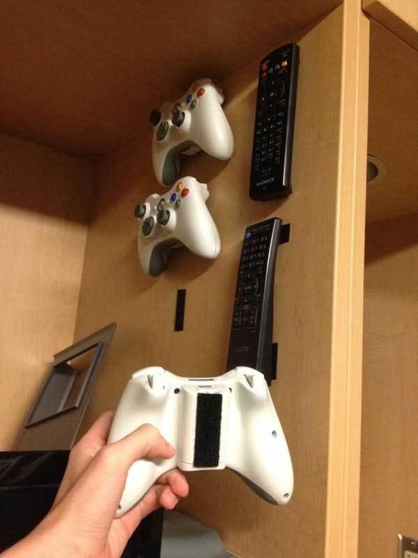 5. Pegá velcro en los controles remotos para no perderlos nunca más.