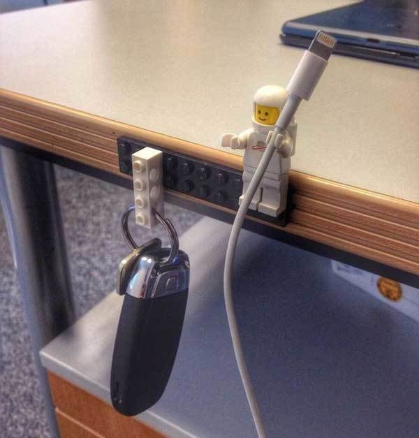 12. Pegale un bloque Lego a todas tus llaves y otro en alguna superficie.