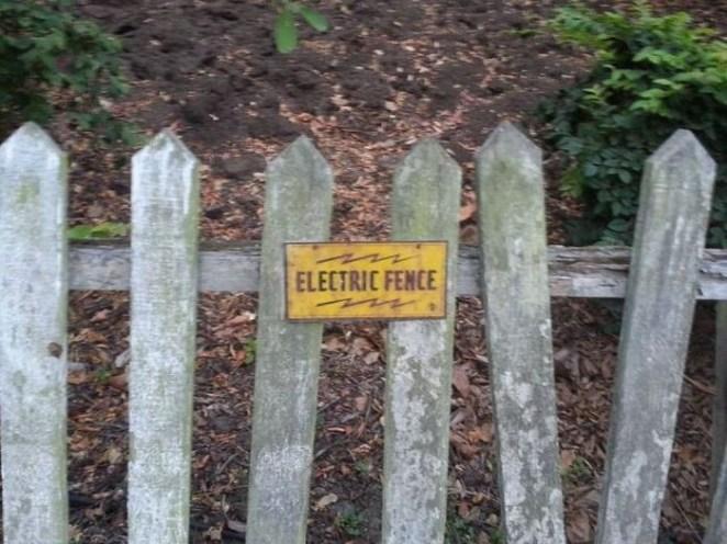 12. Cerca eléctrica, seguro que con ese cartel nadie va a intentar entrar