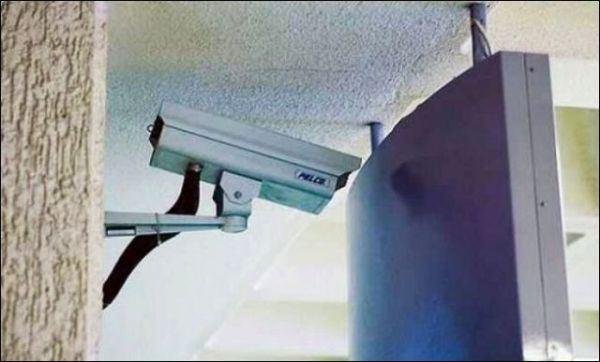14. Vigila la parte de atrás del cartel. En cuanto vigile a las personas que pasan, significa que alguien se robó el cartel.