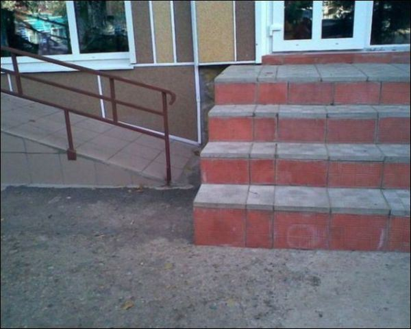 20. Primero subimos la silla por las escaleras, después lo dejamos caer en la rampa y que se arregle.