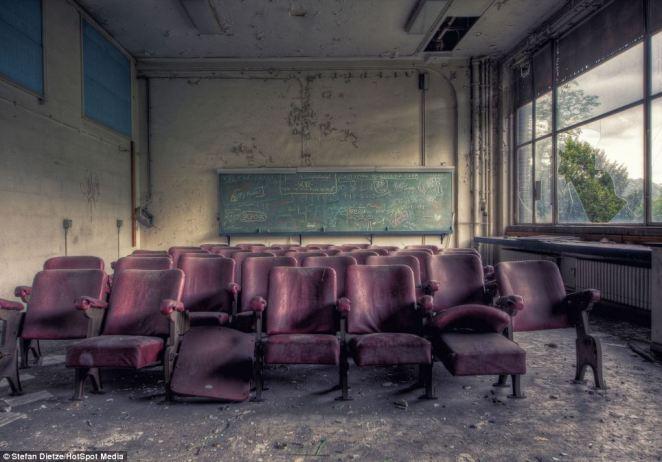 10. Restos de lo que solía ser un salón de clases