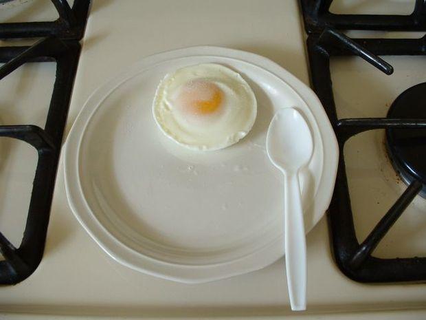 11. Para cocinar huevos: cascalo sobre una taza, cubrila con papel film, pinchá el plástico con un tenedor y calentalo durante 1 minuto a 60% de potencia