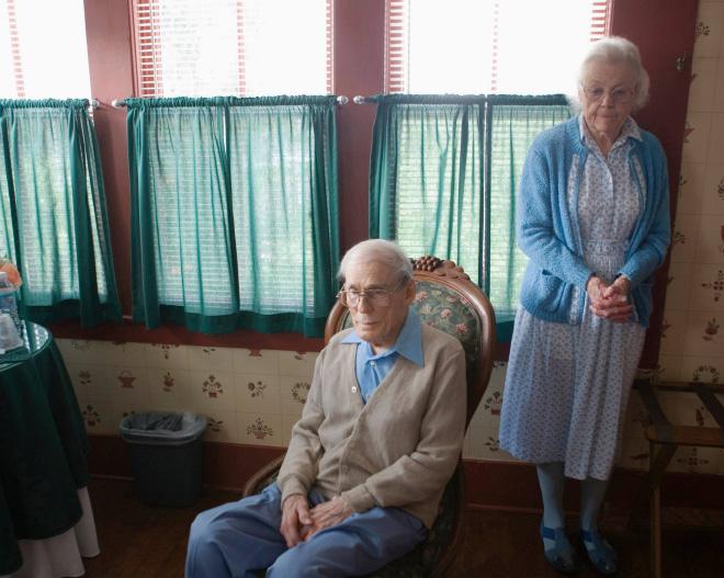 7. Estos abuelos se ven un poco aburridos