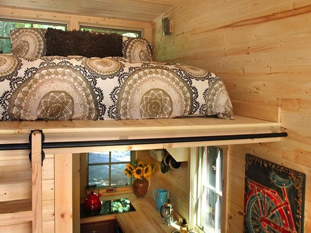 La cama está situada arriba de la cocina, ideal para llevar el desayuno a la cama y no tardar nada