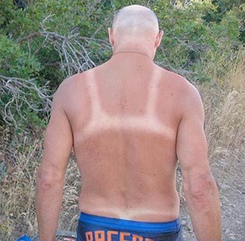 1. Señor pelado, eso es una marca de corpiño y una TANGA?!