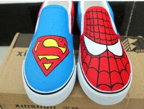 15. Superhéroes, ¿por qué no? Un pie es Superman, el otro El Hombre Araña.