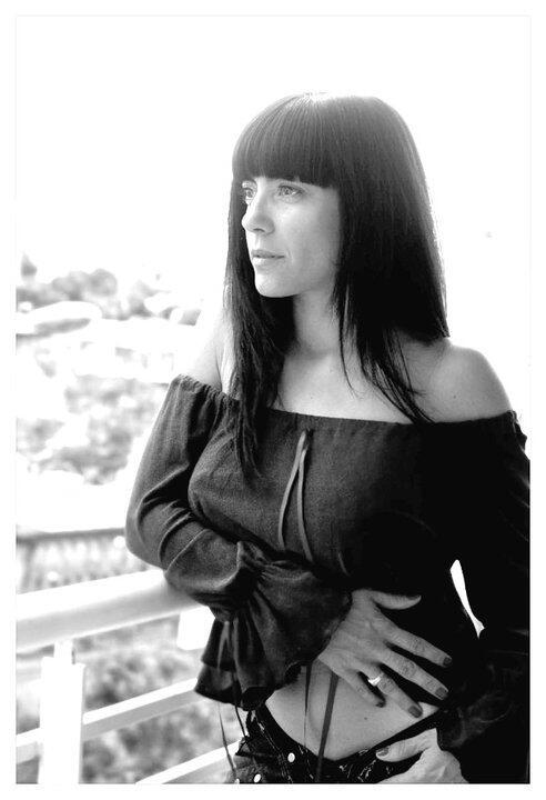 13. Maria Pia Galiano, ex Clave De Sol volvió a la TV en 2013. En la foto, contempla un cacerolazo desde su balcón.
