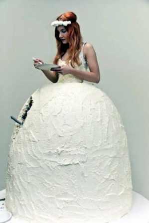 10. Ella quiso ahorrar e hizo 2x1: vestido y torta.