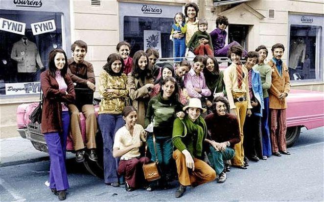 ¿Qué tiene de inusual esta foto? Parecen un montón de inmigrantes estadounidenses típicos de la década de 1970.
