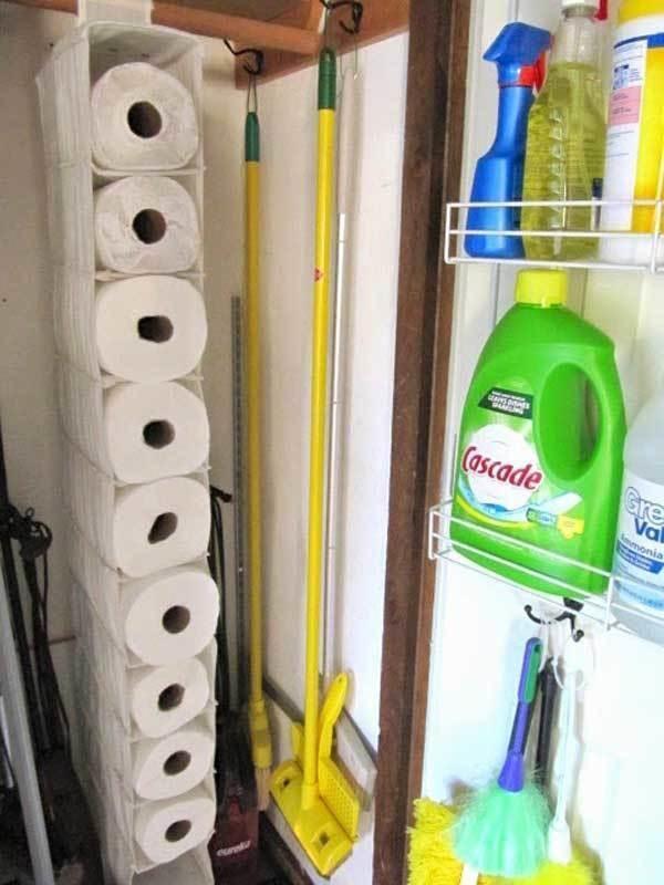 8. Un organizador para zapatillas es también un excelente lugar para guardar el papel higiénico.