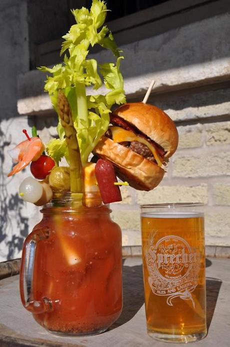 4. Bloody Mary hecho con hamburguesa con queso.