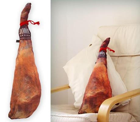 6. Un almohadón con forma de pata de jamón.