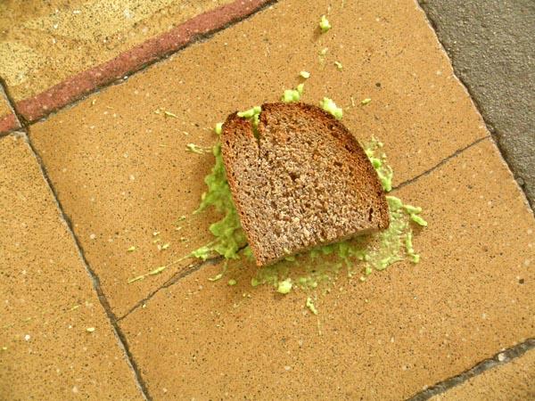 9. ¿La tostada siempre cae del lado de la mantequilla?