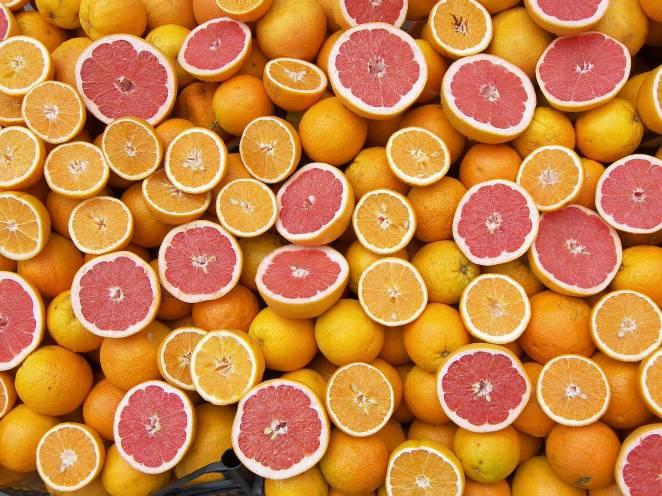 6. Prepará jugos de frutas naturales para los tragos.