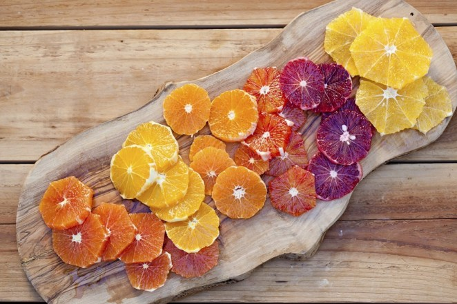 2. Hay muchas variedades de naranjas, y en nuestro país están disponibles frescas todo el año