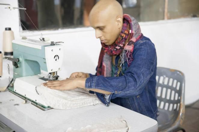 El siguiente paso es la máquina de coser, donde van a terminar la prenda.