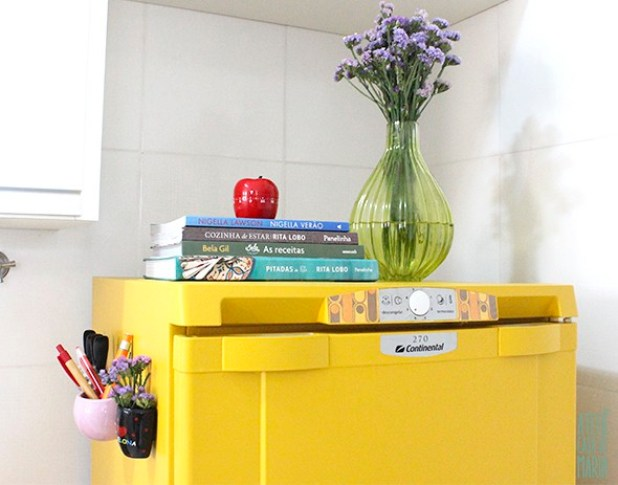 Pintura de geladeira amarela feita com rolo de tinta