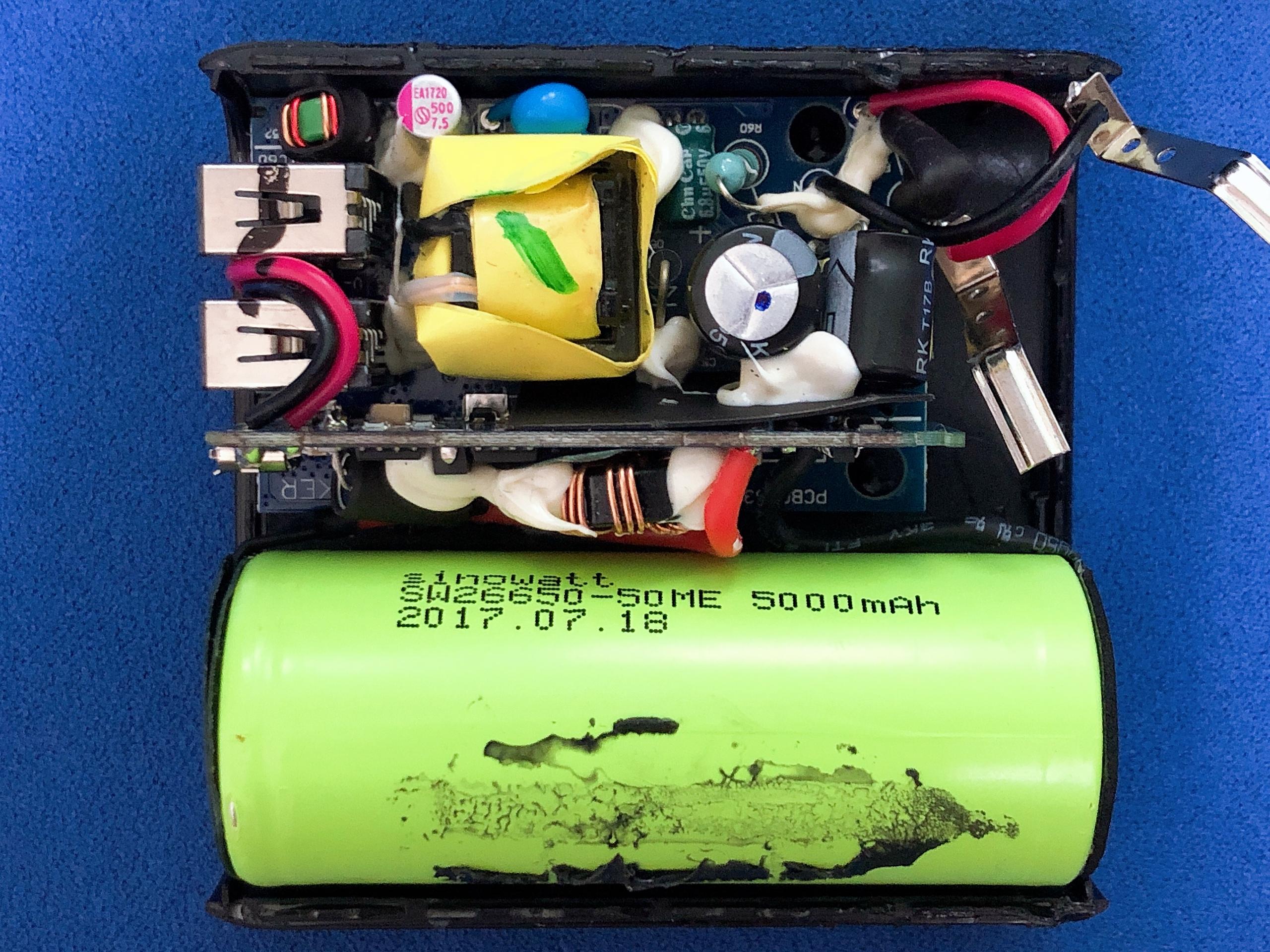 充電器とモバイルバッテリーが一体となったAnker PowerCore Fusion 5000を分解してみた