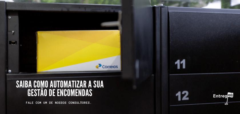 Caixa de correio inteligente com a porta aberta e uma caixa de encomenda dos correios dentro, com link para falar com um consultor e ter informações sobre organizar o recebimento de encomendas.