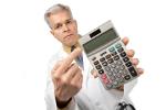 Doktor trzyma kalkulator (ikonka)