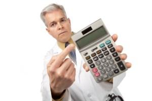 Doktor trzyma kalkulator