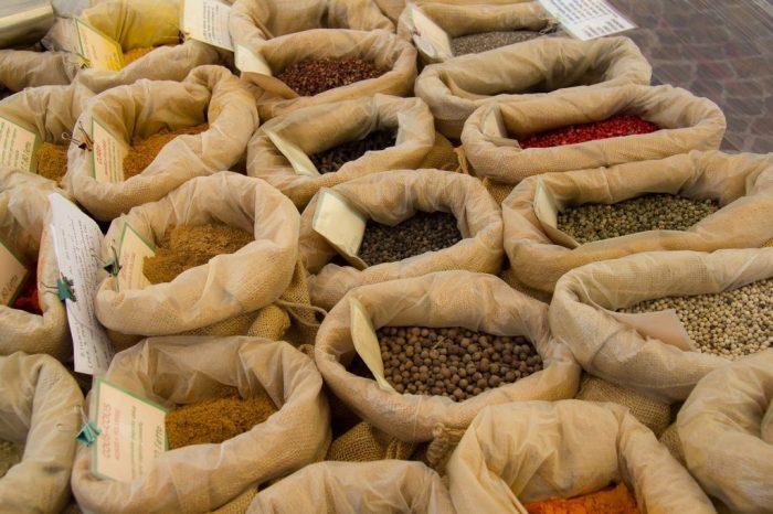 Kruiden en zaden op een markt in Sal?.