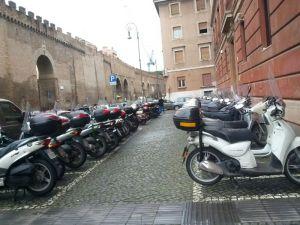 Motocicletas aparcadas en la vía pública
