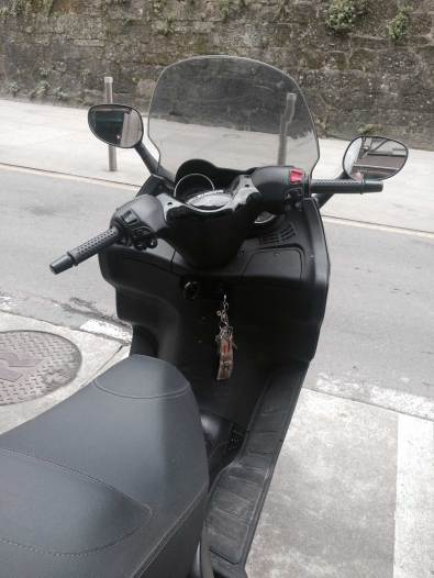 llaves en contacto de motocicleta