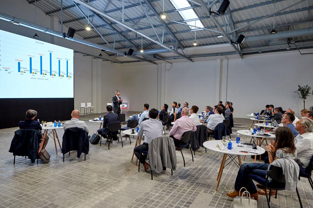 Ernesto Ko, presidente de KYMCO España, explica el modelo de flagship de la marca en Madrid, Barcelona y Valencia durante el meeting internacional del grupo que ha tenido lugar por primera vez en Madrid.
