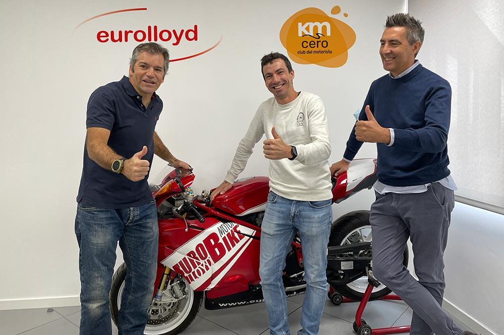 En la foto José María García con Luis Díaz, subdirector general de Eurolloyd, y Miguel de Sola, coordinador de KmCero Club del Motorista