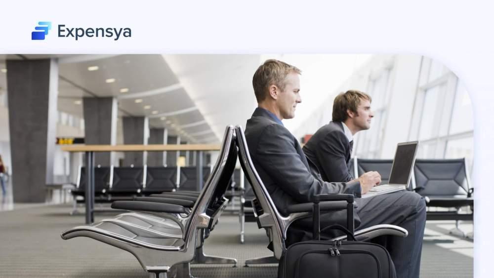 deux hommes assis sur un banc d'un aéroport
