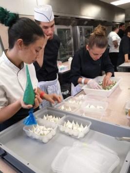 Gwendoline (à droite) en cuisine pour le défilé Fendi