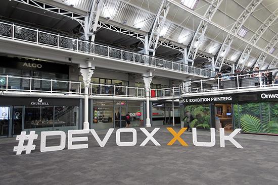 Les lettres #DevoxxUK dans le hall