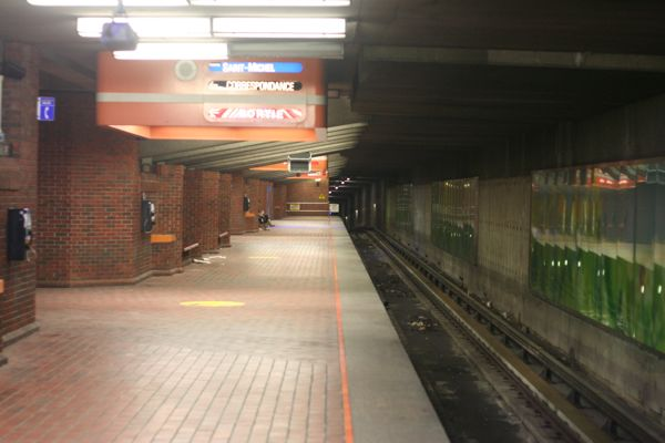 Snowdon station (blue line platform) at 4:52am