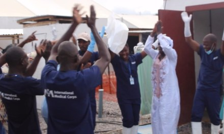Sale del hospital el último paciente con ébola en Sierra Leona, y se celebra a lo grande