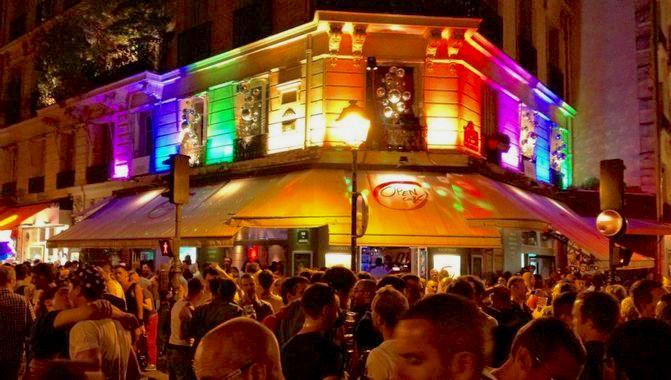 L'open café dans le marais gay à Paris