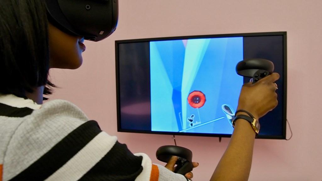 Von en train de designer à l'aide du Oculus Quest au sein du laboratoire Fashion tech IFA Foundry. Crédit photo : Jase King.