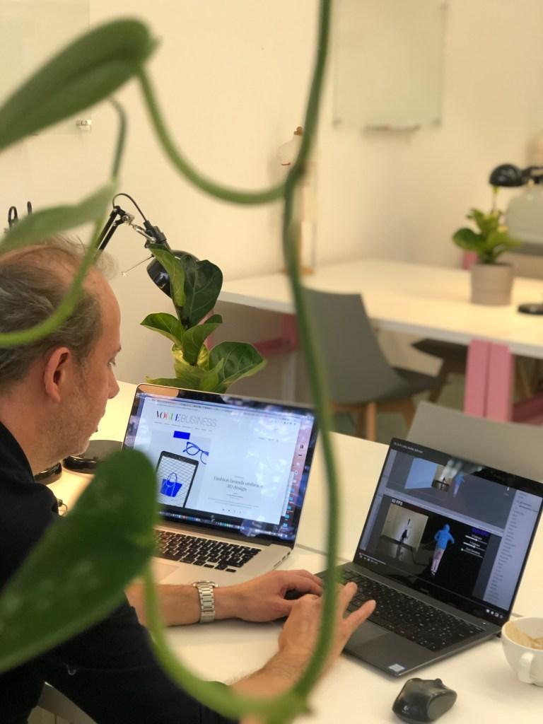 Guillaume Gouraud travaillant sur des usages 3D prospectifs de la fashion tech. Crédit Photo : IFA Paris