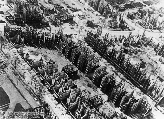 """Luftaufnahme nach den britischen Luftangriffen (Operation """"Gomorrha"""")"""