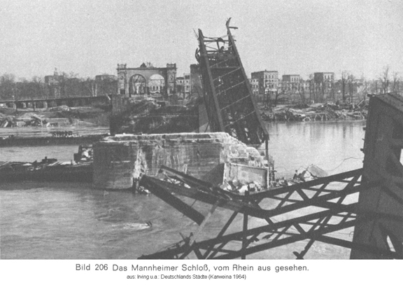 Mannheim_bombing_1945_view_over_Rhine_toward_palace