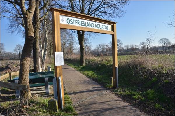 Ein Torbogen markiert auf dem Ostfriesland-Wanderweg den angeblichen «Ostfriesland-Äquator».