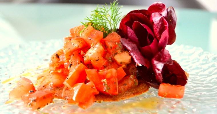 Focaccia d'orzo con insalata di pomodori – orzo nero da coltivazione mista senza aratura