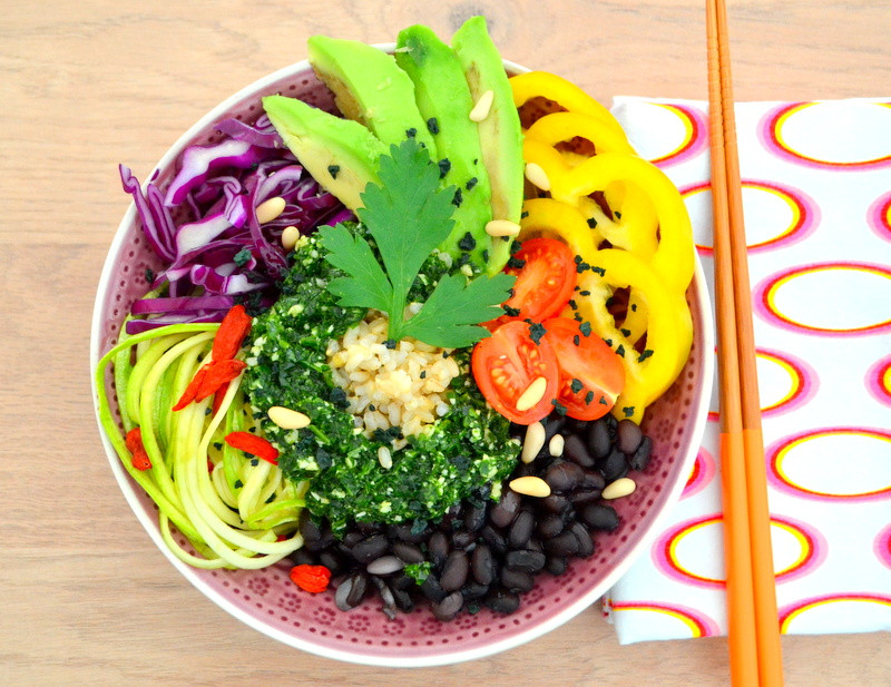Gemüse Reis Bowl mit schwarzen Bohnen  und Petersilien-Pesto