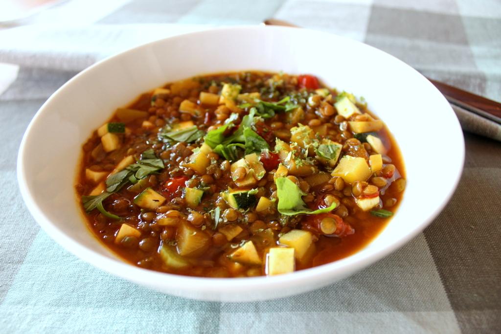 Kraftsuppe mit Linsen und Gemüse