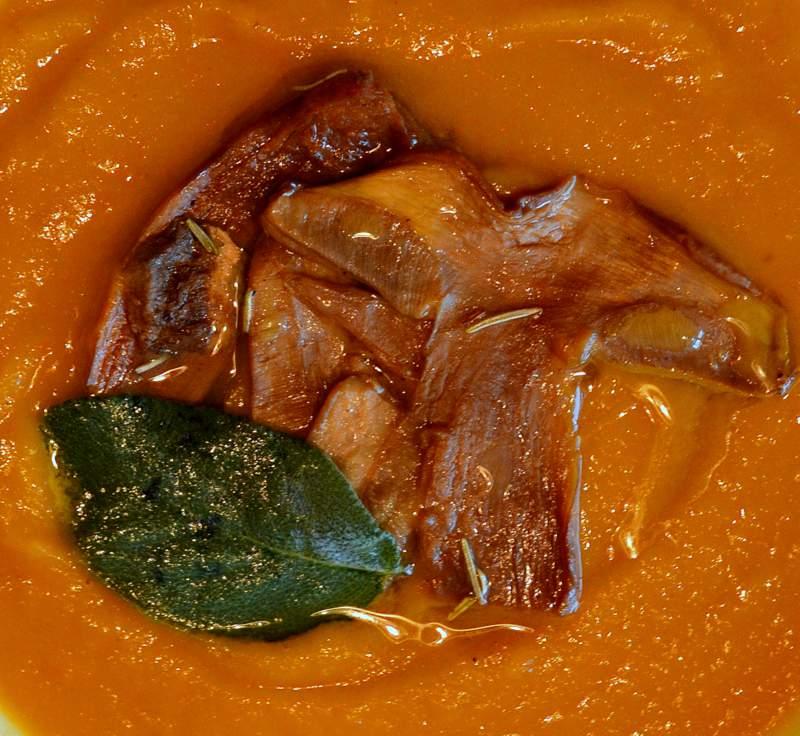 Süsskartoffel-Karottensuppe mit Steinpilzen und Trüffelöl