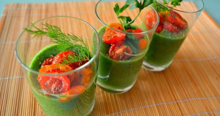 Zuppa di spinaci in bicchiere con pomodori al forno con rosmarino senza glutine e vegana