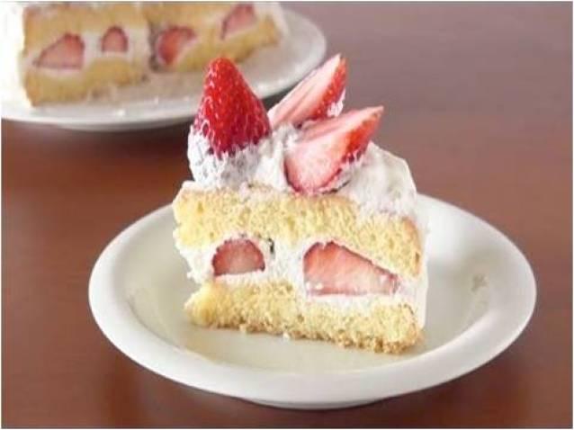 Un delicioso pastel de fresas con preparados para bizcochos