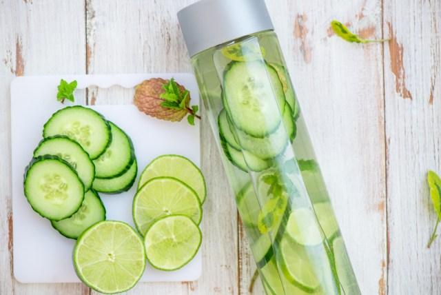 Eau détox aromatisée au concombre, citron et menthe pour bien s'hydrater
